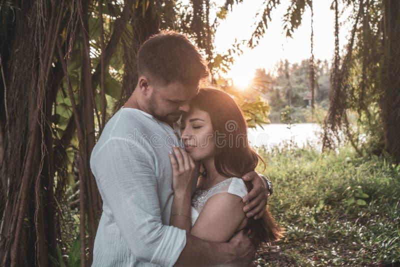 Romantiska par i trädgården fotografering för bildbyråer