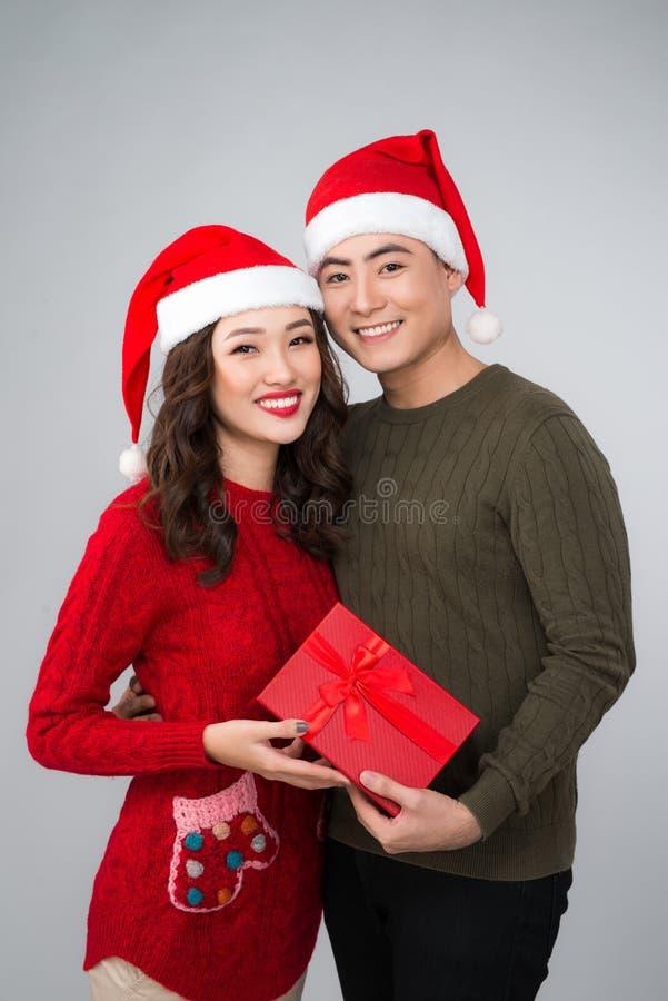 Romantiska par i tröjor med gåvaasken royaltyfri fotografi