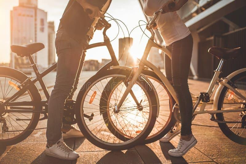 Romantiska par med cyklar i staden royaltyfri bild