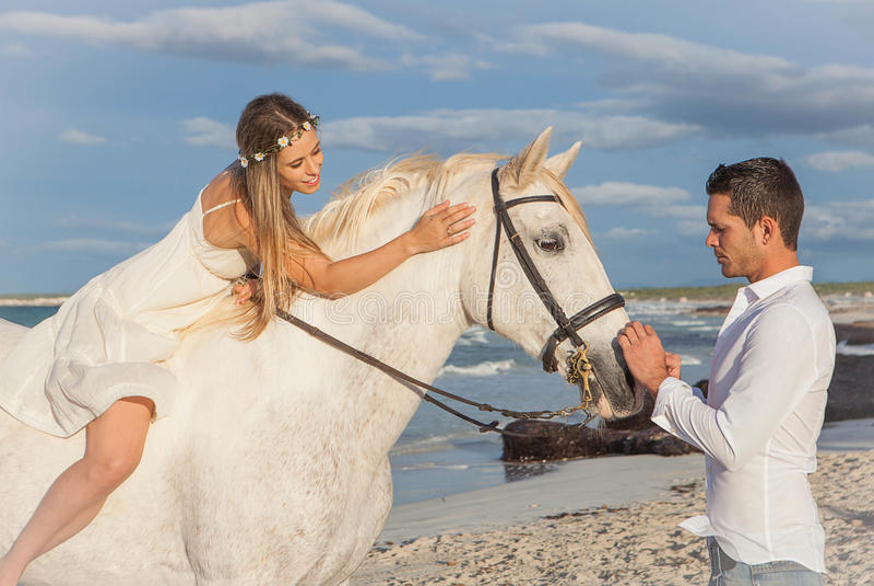 Romantiska par med hästen fotografering för bildbyråer