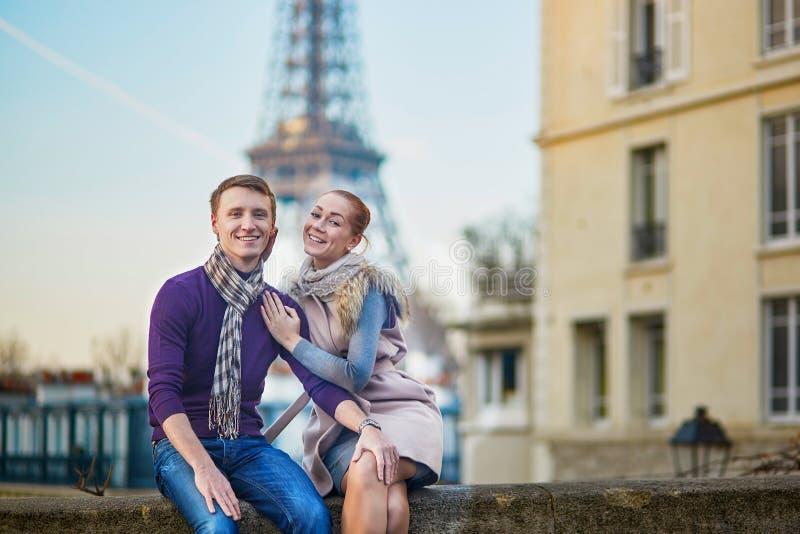 Romantiska par nära Eiffeltorn i Paris, Frankrike royaltyfri fotografi