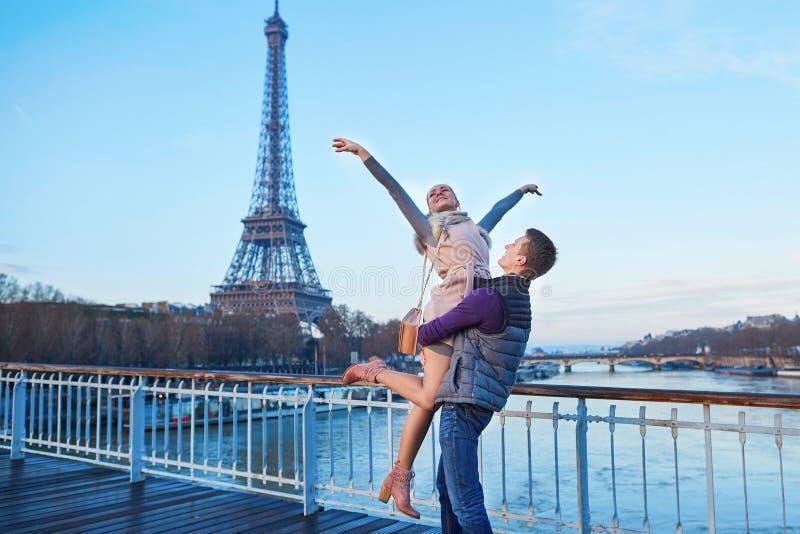 Romantiska par nära Eiffeltorn i Paris, Frankrike royaltyfri foto