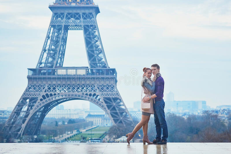 Romantiska par nära Eiffeltorn i Paris, Frankrike arkivfoton