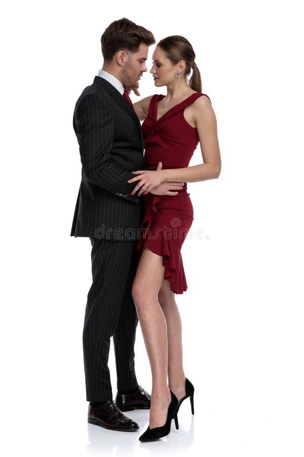 Romantiska par omkring som ska kyssas och att rymma sig arkivfoton