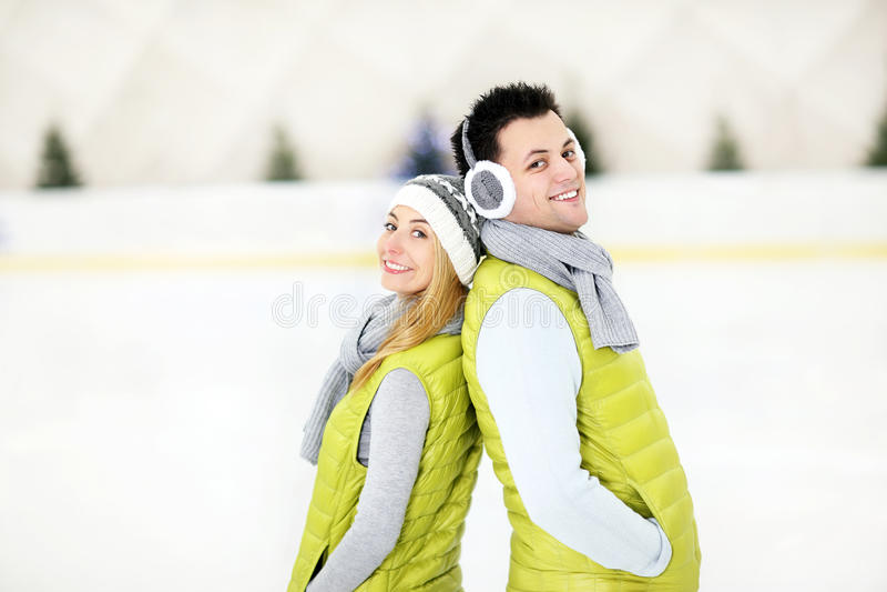Romantiska par på den åka skridskor isbanan royaltyfri fotografi