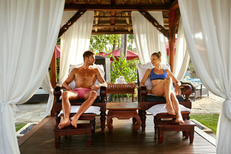 Romantiska par på den Spa semesterorten som kopplar av på semester förhållande royaltyfria bilder