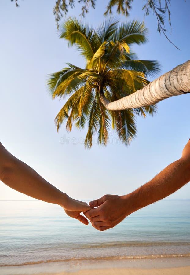 Romantiska par på den tropiska stranden royaltyfri foto