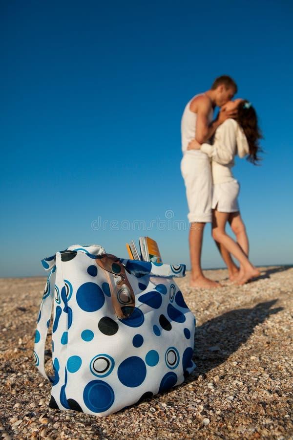 Romantiska par på en strand arkivfoto