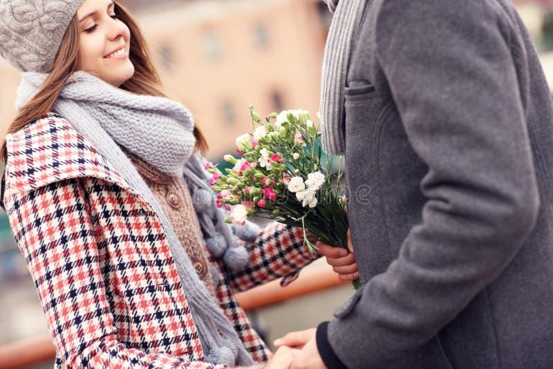 Romantiska par på ett datum med blommor arkivfoton
