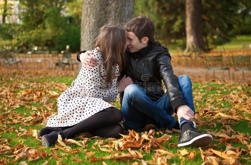 Romantiska par på fallen royaltyfria foton