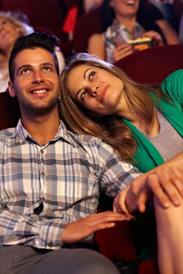 Romantiska par på filmbiografen royaltyfri bild