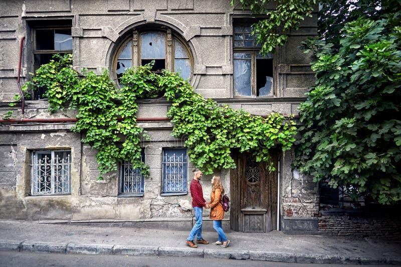 Romantiska par på gamla Tbilisi royaltyfri bild