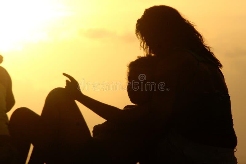 Romantiska par på stranden i Brasilien på den färgrika solnedgången på bac fotografering för bildbyråer