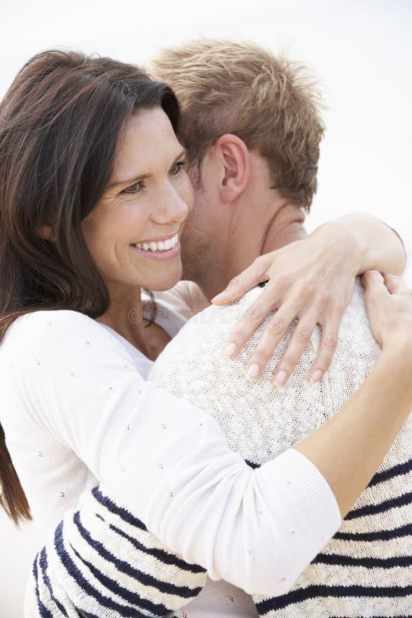 Romantiska par på stranden tillsammans arkivbild