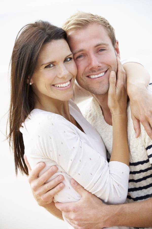 Romantiska par på stranden tillsammans royaltyfri foto