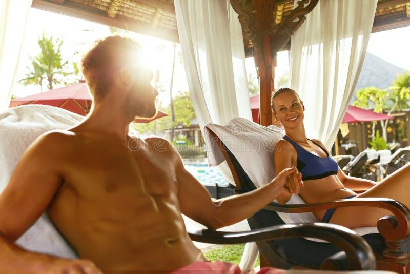 Romantiska par som är förälskade på den Spa semesterorten på semester förhållanden royaltyfri bild