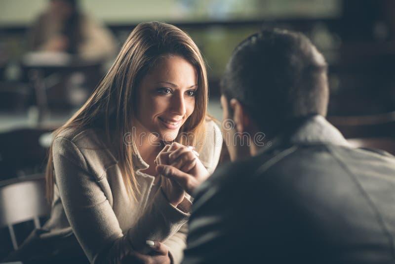 Romantiska par som flörtar på stången fotografering för bildbyråer