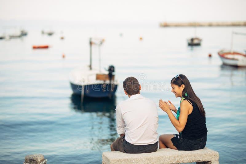 Romantiska par som har förhållandeproblem Kvinnagråt och tiggeri en man Fiskareliv, farlig ockupation Marinsjömän arkivfoton