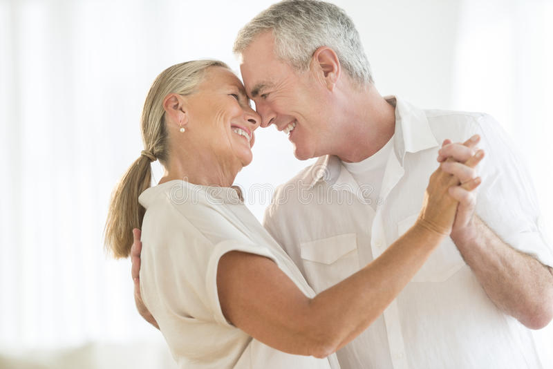 Romantiska par som hemma dansar arkivfoto