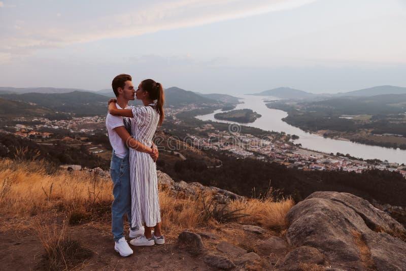 Romantiska par som kramar och kysser arkivfoton