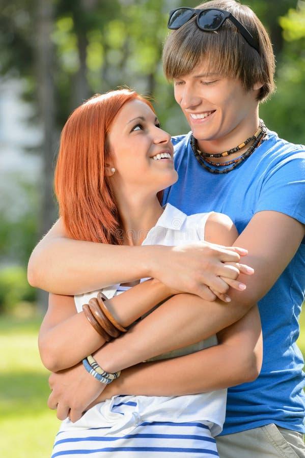 Romantiska par som kramar se de arkivbild