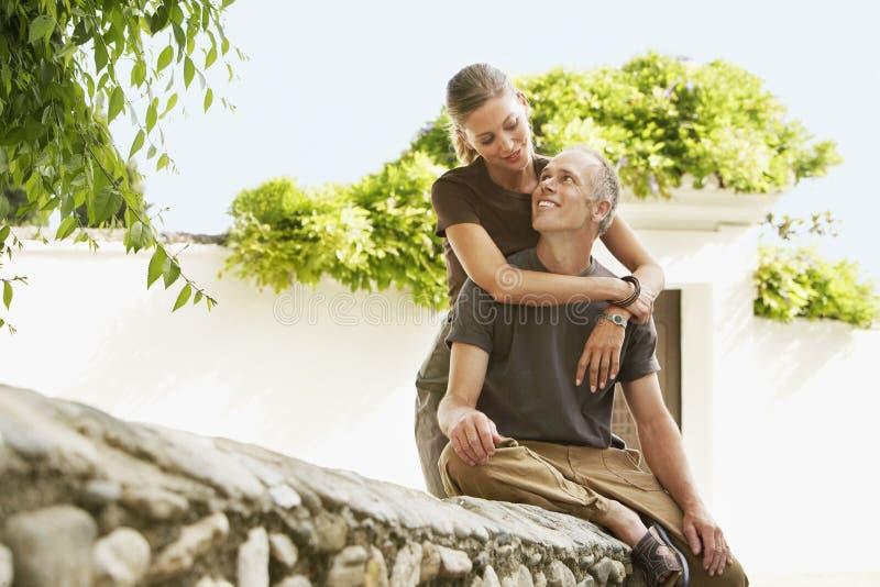 Romantiska par som ser de i Granada fotografering för bildbyråer