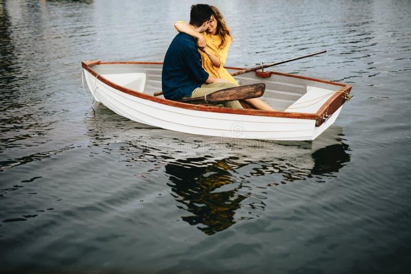 Romantiska par som sitter i ett fartyg och kyssa arkivfoton