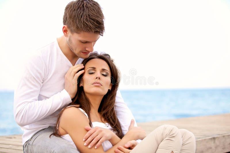 Romantiska par som tillsammans sitter arkivfoton