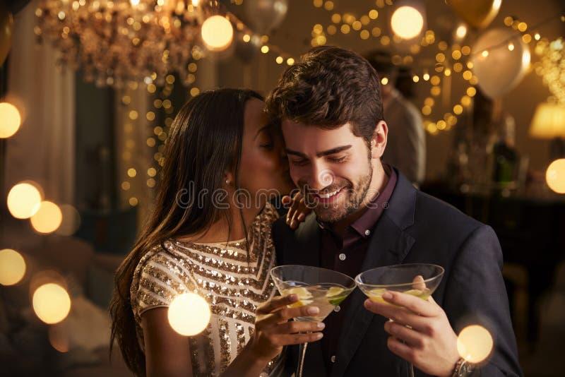 Romantiska par som tillsammans tycker om cocktailpartyet fotografering för bildbyråer