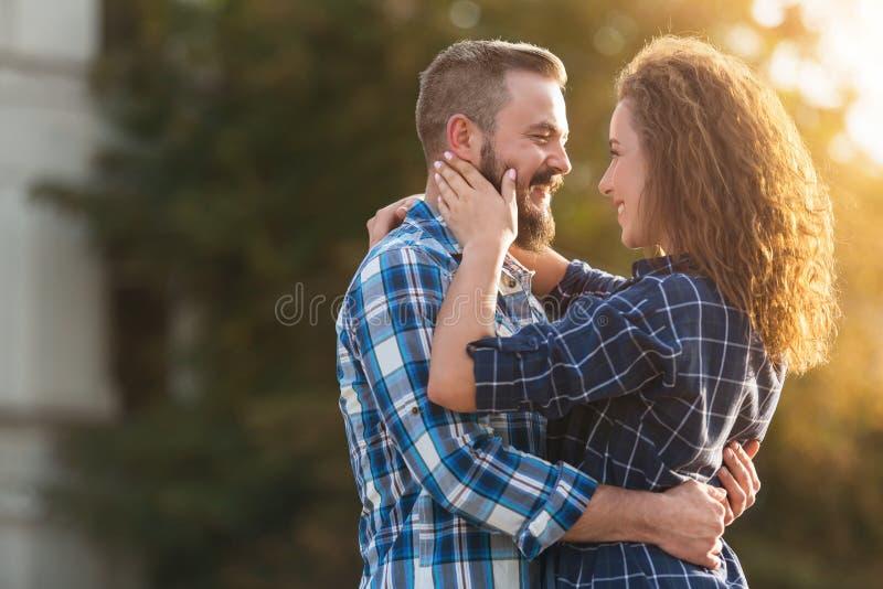 Romantiska par som tycker om företaget av de som går i stad arkivfoton