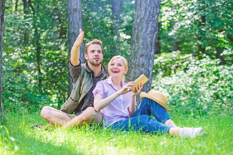 Romantiska parstudenter tycker om fritid som ser observera uppåt naturbakgrund Förälskade par spenderar fritid parkerar in arkivbilder