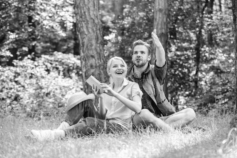 Romantiska parstudenter tycker om fritid som ser observera uppåt naturbakgrund Förälskade par spenderar fritid parkerar in arkivfoton