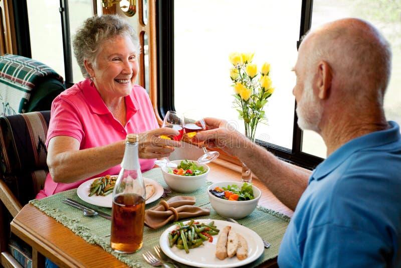 romantiska rv-pensionärer för matställe fotografering för bildbyråer