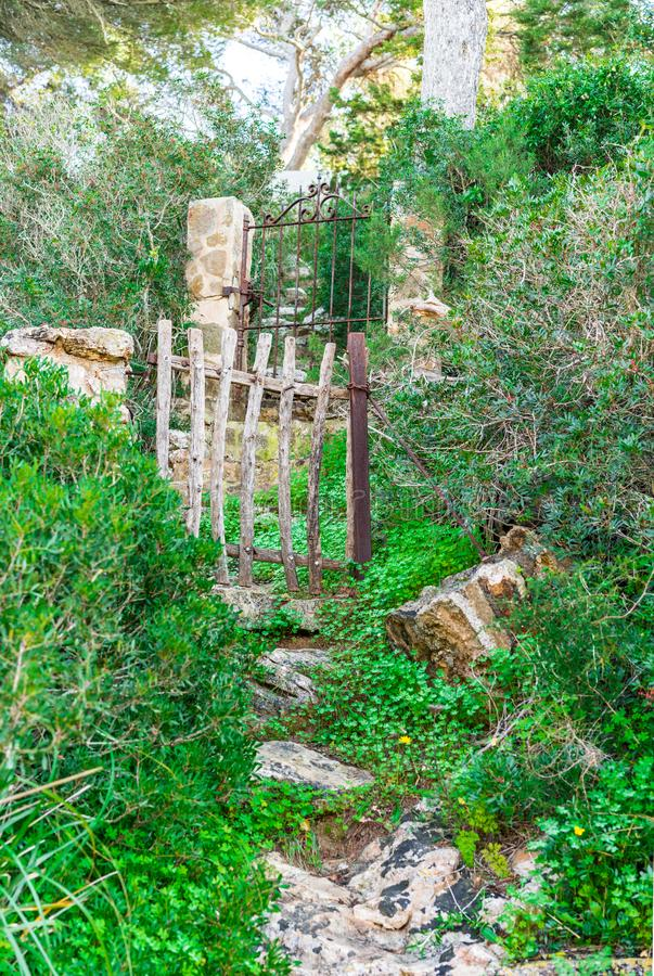 Romantiska trädgårddörrar i härlig natur royaltyfria bilder