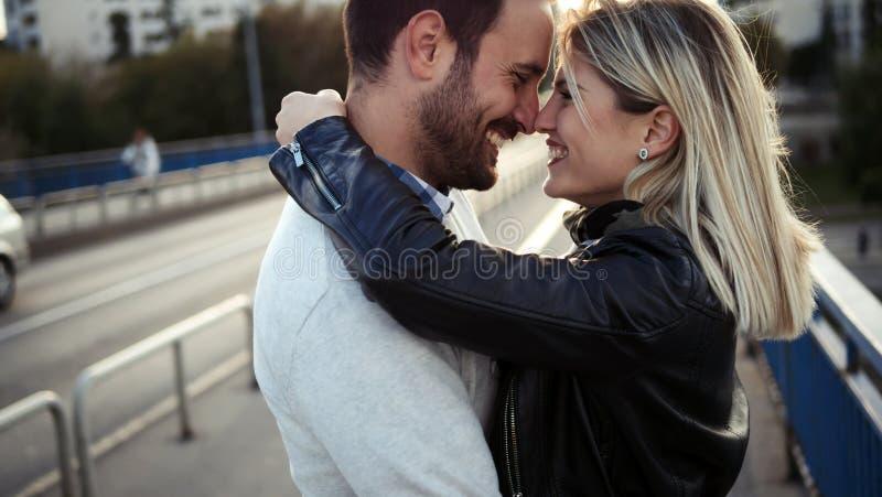 Romantiska unga lyckliga par som kysser och kramar royaltyfri bild