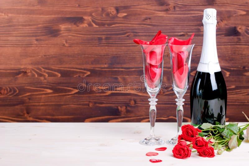 Romantiska valentin dag med exponeringsglas med rosor och hjärtor, cha arkivfoto