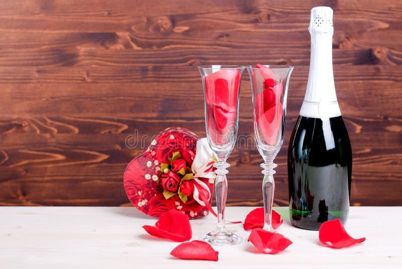 Romantiska valentin dag med exponeringsglas med rosor och hjärtor, cha arkivbild