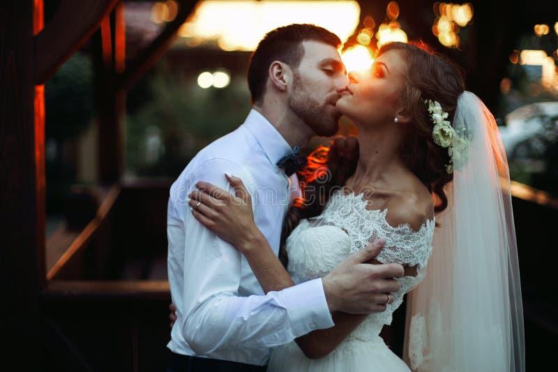 Romantiska valentynespar av nygifta personer som kramar på att kyssa på su royaltyfri foto