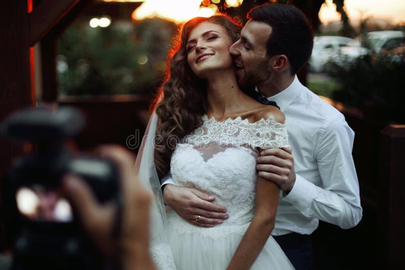 Romantiska valentynespar av nygifta personer som kramar på att kyssa på su arkivbild