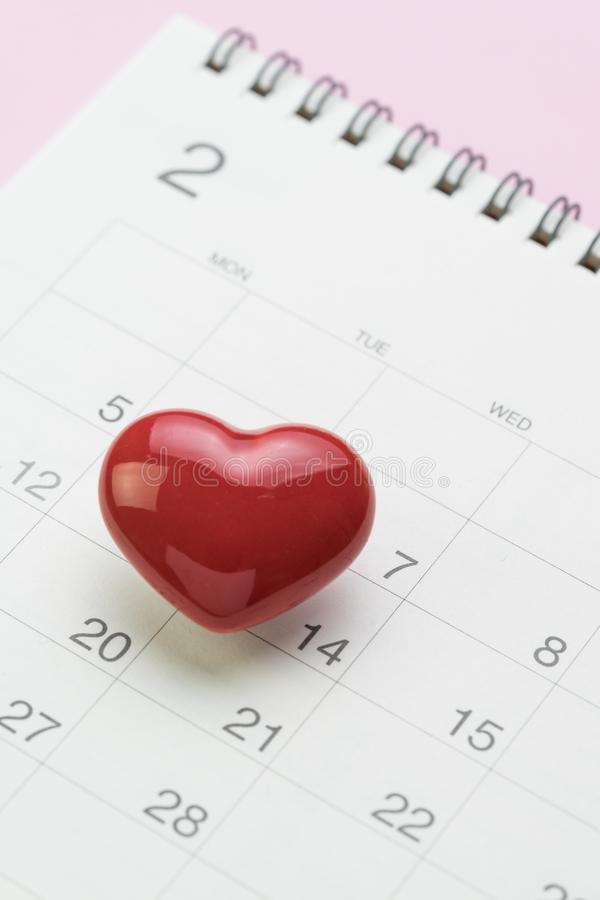 Romantiskt begrepp för kalender för valentindagkort, rent vitt Februari PA royaltyfri foto