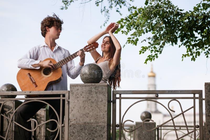 Romantiskt begrepp för musik för gitarr för stadsdatumpar royaltyfri fotografi