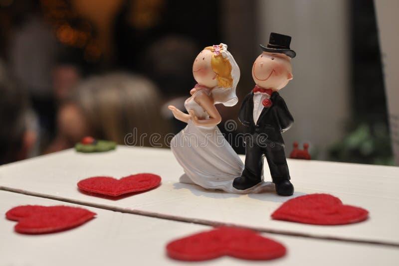 romantiskt bröllop för cake royaltyfria bilder