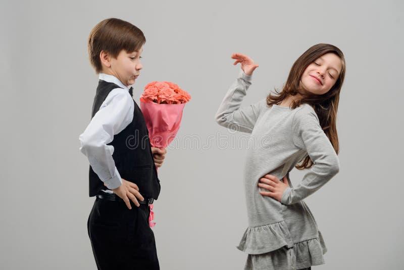Romantiskt datum av två ungar royaltyfria bilder