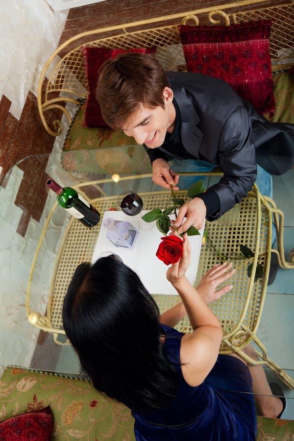Romantiskt datum för unga lyckliga par på restaurangen royaltyfri fotografi