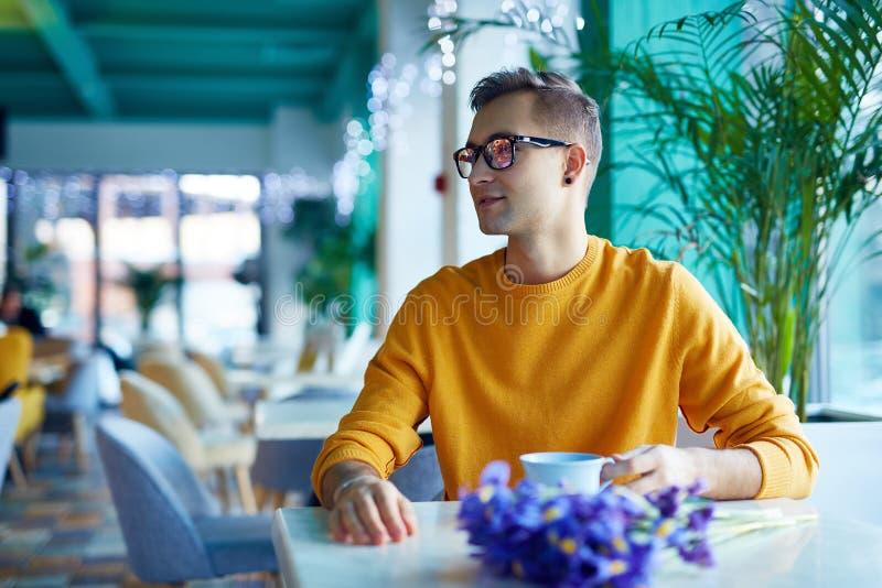 Romantiskt datum i kafé royaltyfria bilder
