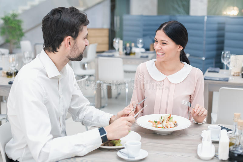 Romantiskt datum i lyxig restaurang royaltyfri bild