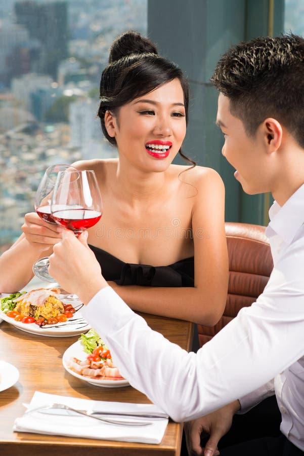 Romantiskt datum i restaurang arkivfoto