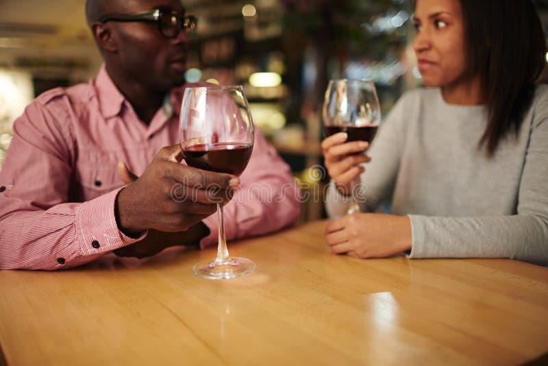 Romantiskt datum i vinrestaurang arkivfoton