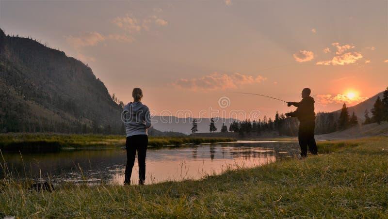 Romantiskt fiske under solnedgång royaltyfri fotografi