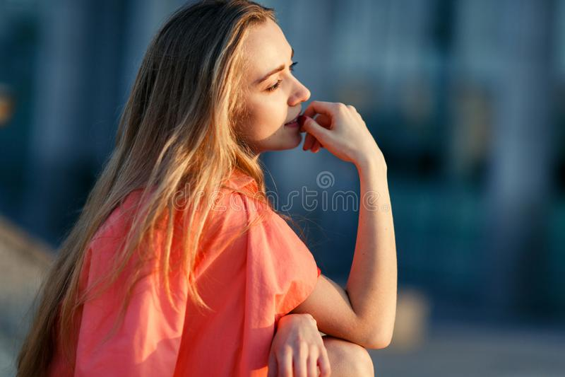 Romantiskt foto av den unga blonda flickan arkivfoto